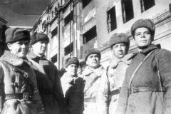Бойцы и командиры 38-й мотострелковой бригады, пленившие штаб 6-й полевой немецкой армии с Паулюсом