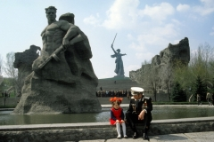 shkolniki_iz_luganska_pozdravjat_s_dnem_pobedy_veteranov_na_mamaevom_kurgane