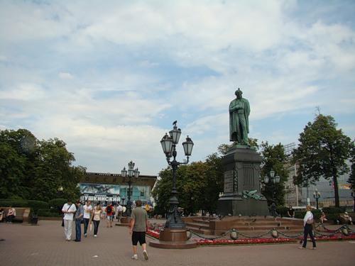 17 июля 2011 г., в день памяти страстотерпцев Государя Николая II и иже с ним убиенных, состоялись молитвенное стояние и крестный ход на Пушкинской площади