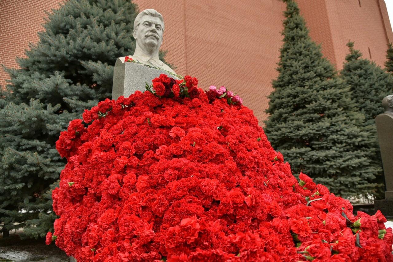 5 марта 2017 года на Красной площади состоялось возложение цветов к могиле Вождя народов товарищу Сталину Иосифу Виссарионовичу!