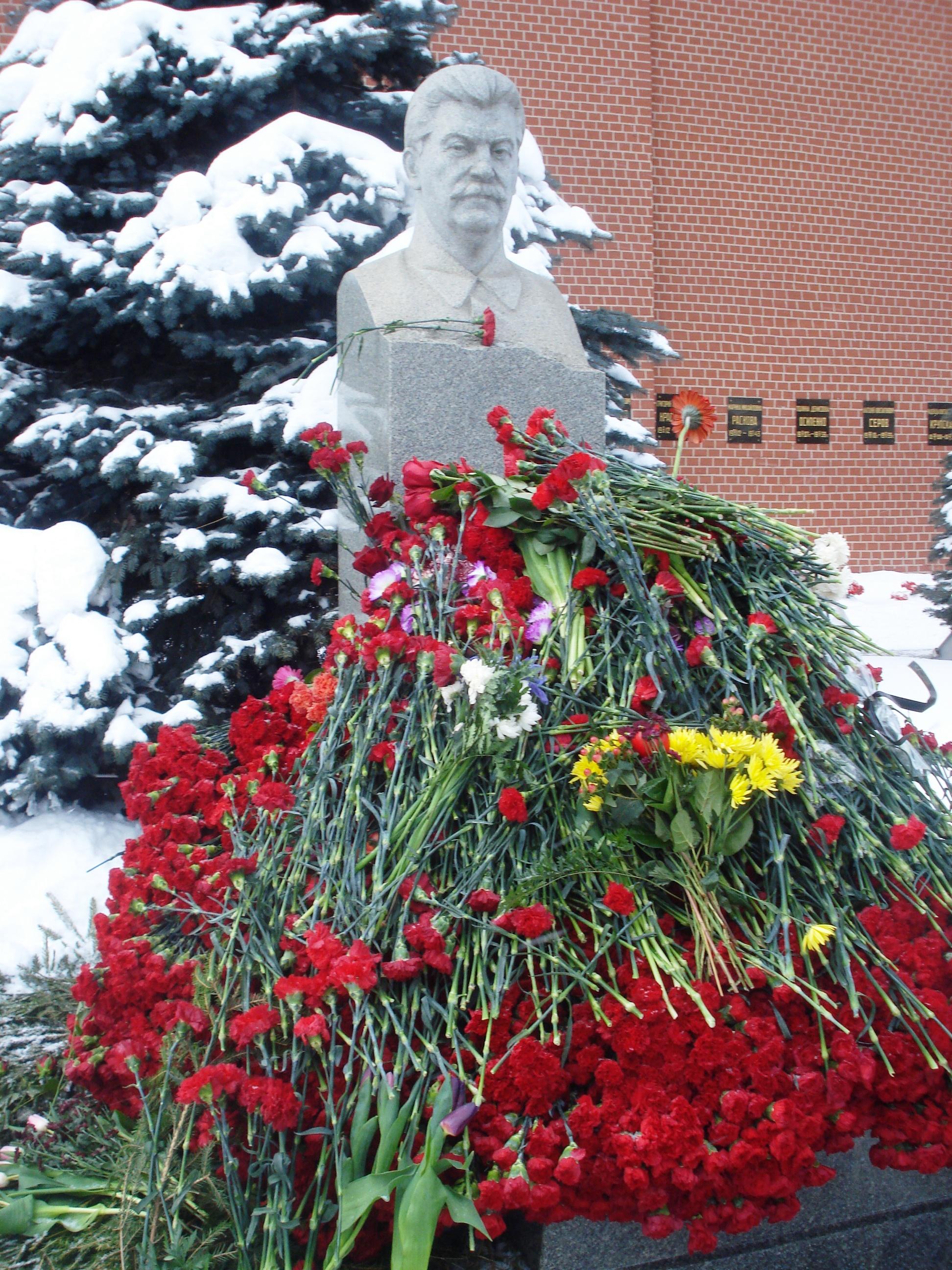 """5 марта 2018 года РОО """"Бородино 2045"""" приняло участие в возложении цветов к памятнику Сталина у Кремлёвской стены на Красной Площади в Москве в день памяти Иосифа Виссарионовича Сталина"""