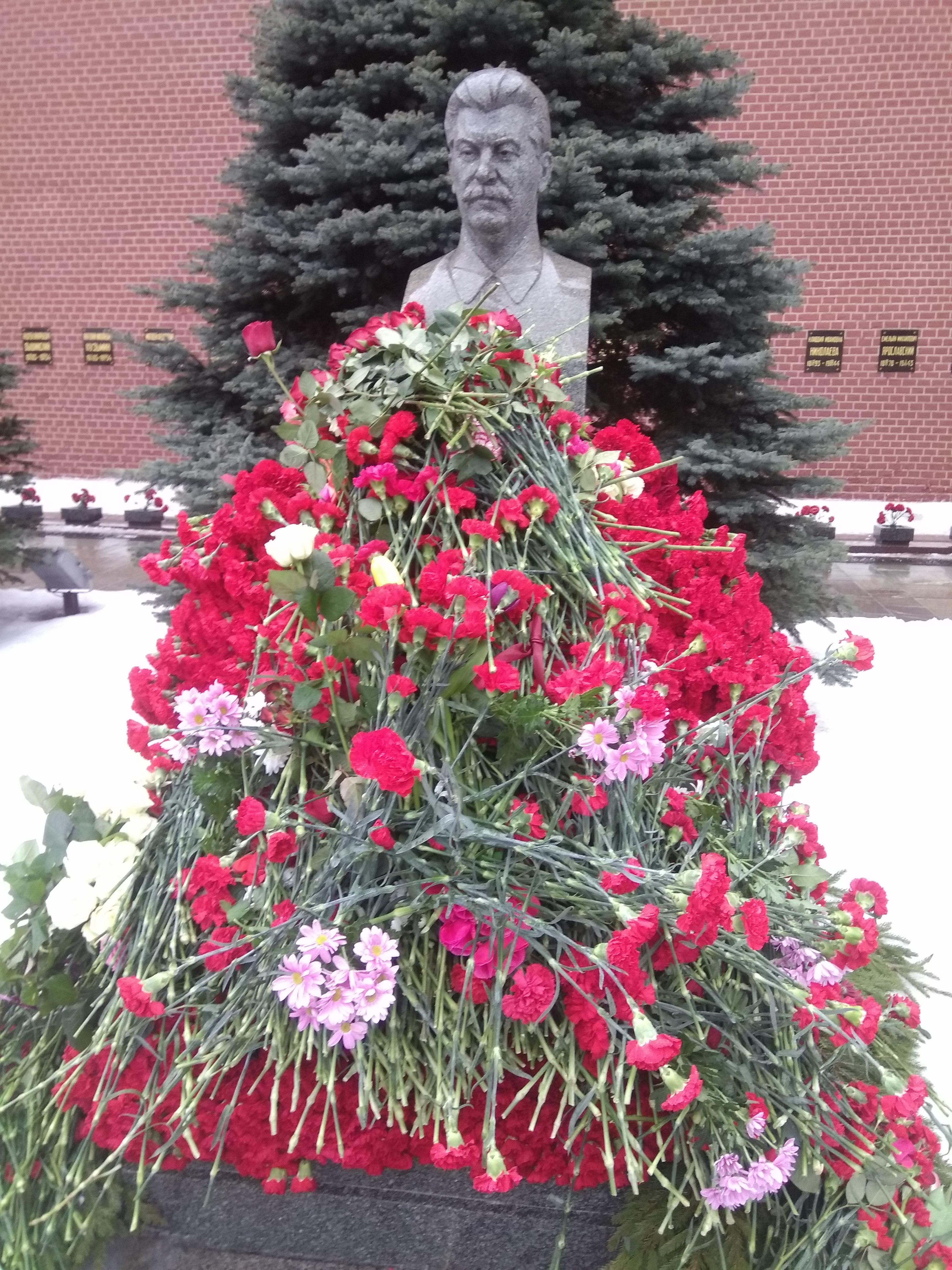"""5 марта 2019 года представители Российской Общественной Организации """"Бородино 2045"""" приняли участие в возложении цветов к памятнику Сталина у Кремлёвской стены на Красной Площади в Москве в день памяти ВЕЛИКОГО ВОЖДЯ НАРОДОВ дорогого  ИОСИФА ВИССАРИОНОВИЧА СТАЛИНА"""