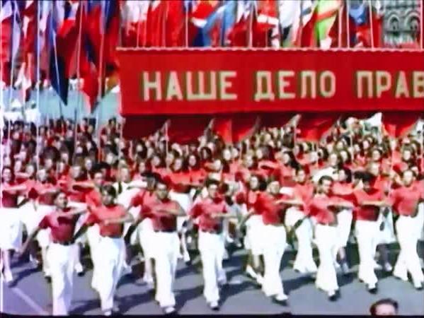 НАШЕ ДЕЛО ПРАВОЕ! ДА ЗДРАВСТВУЕТ ДРУЖБА! ДА ЗДРАВСТВУЕТ СОЮЗ СОВЕТСКИХ СОЦИАЛИСТИЧЕСКИХ РЕСПУБЛИК!!! 12 августа 1945 года. Впервые после четырёх лет войны в Москве на Красной площади состоялся традиционной Всесоюзный парад физкультурников. Под гербами 16-ти республик собралась 23-х тысячная армия самых лучших физкультурников нашей страны, олицетворяя дружбу и силу народов Советского Союза!