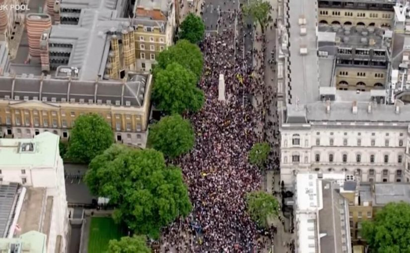 Англичане поднялись на протест и победили