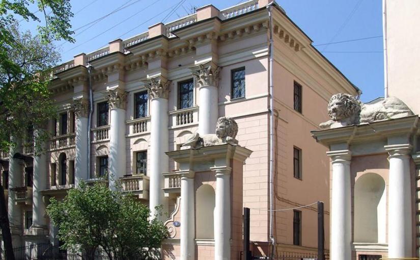 Сталин дарил квартиры видным военачальникам, ученым. Сейчас это наследство продается кем-то и покупается за бешеные деньги